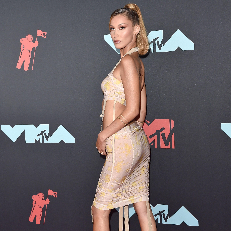 贝拉哈迪德穿着她的设计去参加vma颁奖礼