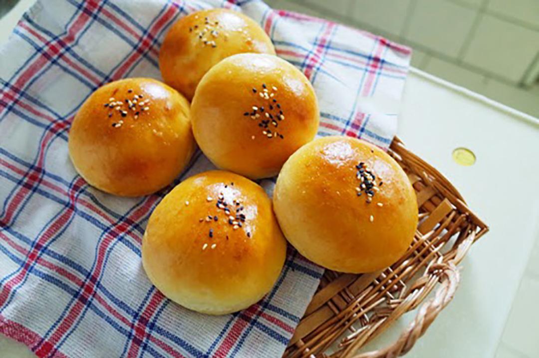 最简单面包做法:不用老面不用蒸,香甜又松软,5块钱做一筐