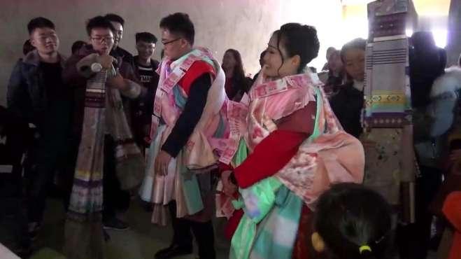 贵州一对新人结婚,亲朋长辈太多,这样披红挂彩,不发财都难