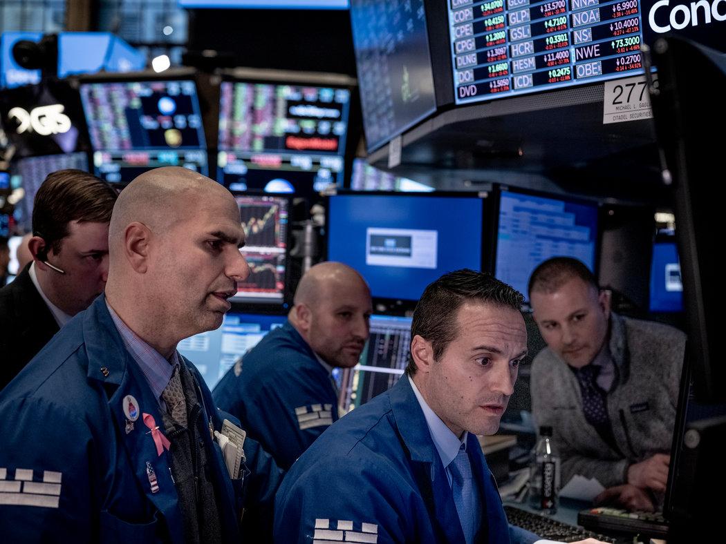 3月9日,纽约证交所的交易员,当时股市出现了十余年来最大的单日跌幅。两天后,特朗普宣布对欧洲实施入境禁令。