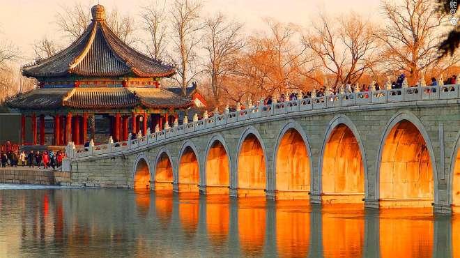 """冬至颐和园十七孔桥""""金光未穿洞"""" 千余游客热情仍不减"""