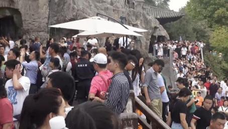 龙门石窟又开启人从众模式,导游日接6趟游客头发汗湿