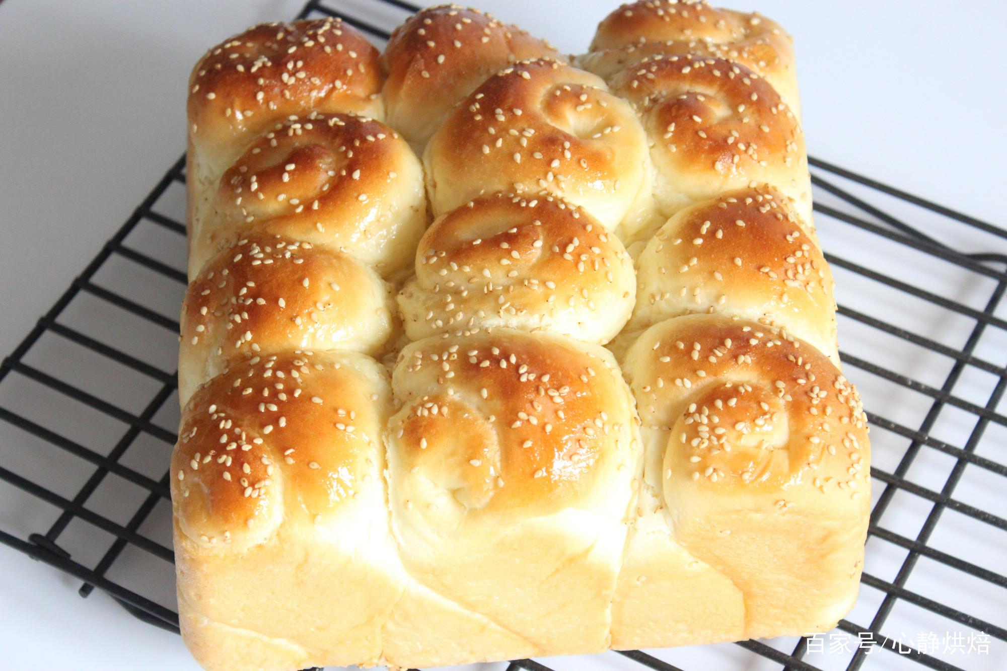手把手教你在家做老式蜂蜜脆底小面包,香甜松软、底部酥脆