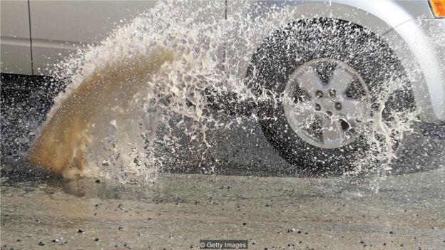 我们会采取行动,比如早点绕弯来避开路上的坑洞,这是因为我们的潜意识已经注意到别人的行为(Credit: Getty Images)