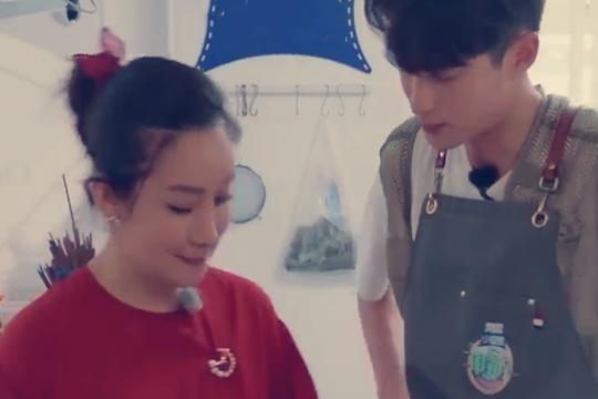 海璐姐偷偷为大家做顶配版的方便面,王鹤棣表示好开心
