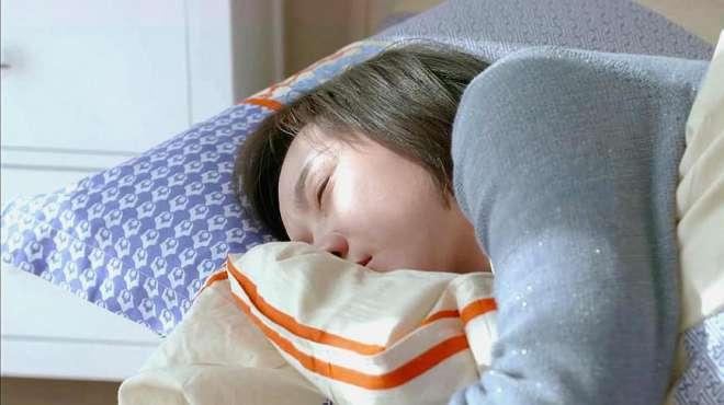 《生活启示录》哈哈,男女主竟然在对方的床上睡着了