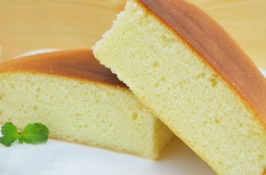 蒸海绵蛋糕火了,1杯牛奶4个鸡蛋,蒸出蛋糕蓬松香甜,有弹性!