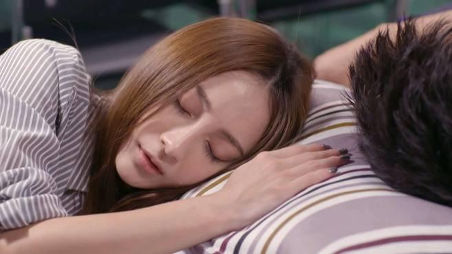 男女二人醉倒在床上,拉着彼此的手说真心话,被另一女子偷偷拍下