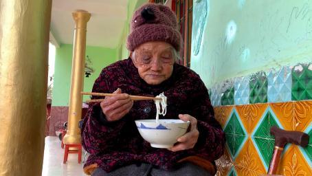 95岁老人去儿子家,儿子不在家,看儿媳如何对待婆婆的