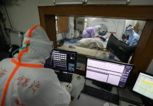 """""""没有出路"""":中国非新冠病毒患者陷入困境"""