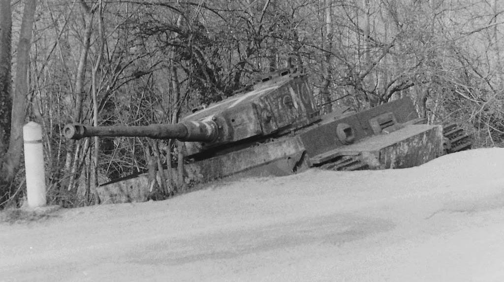 趴窝的野生老虎,法国乡村路边的一辆虎式坦克
