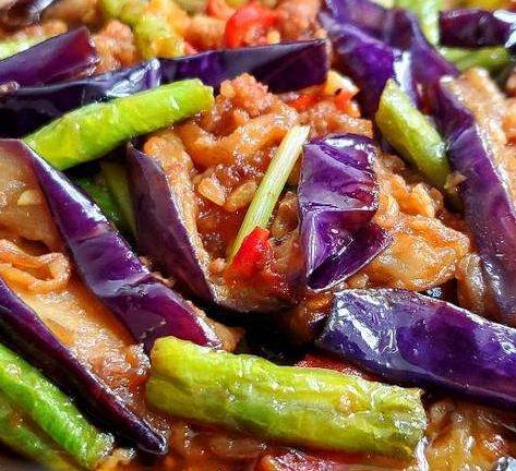 炒茄子时,不可直接下油锅,多加一步,颜色好看,好吃不油腻!