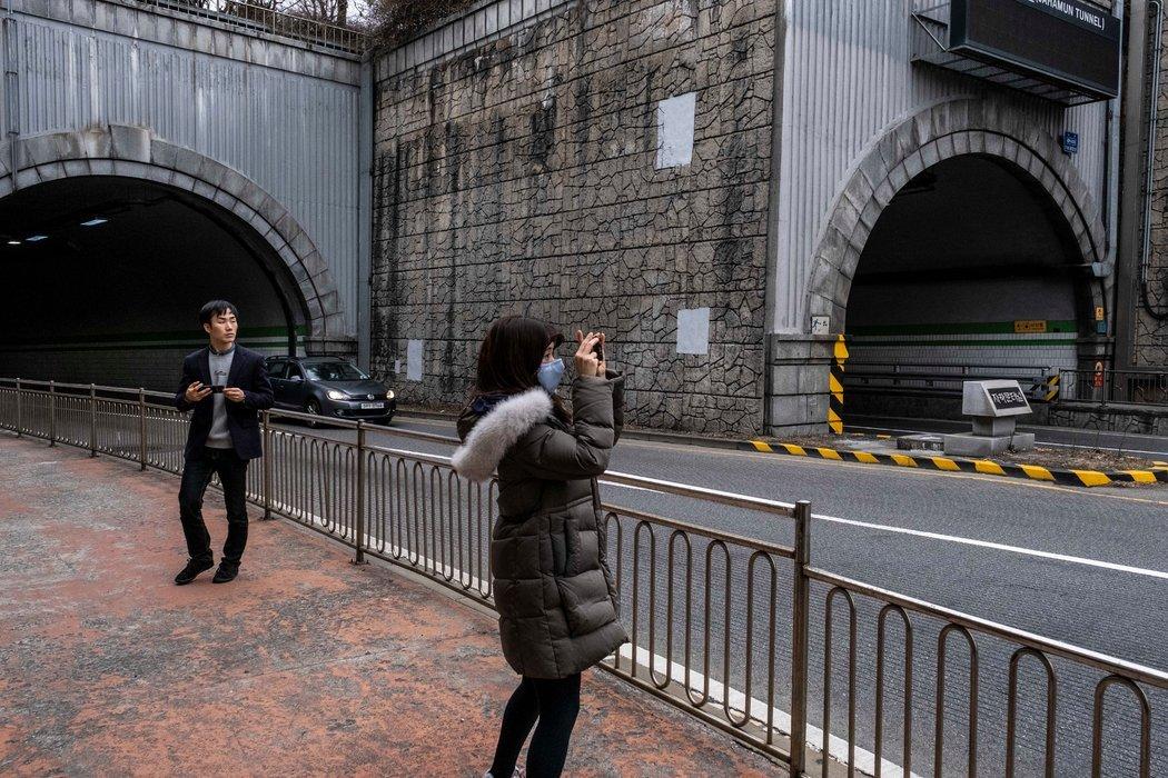 """曾出现在《寄生虫》中的隧道。导演奉俊昊表示,他无意""""粉饰""""韩国收入不平等的痛苦现实。"""