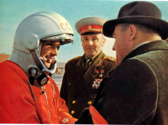 苏联宇航员进入太空时,为何随身带把枪,难道是对付外星人?-