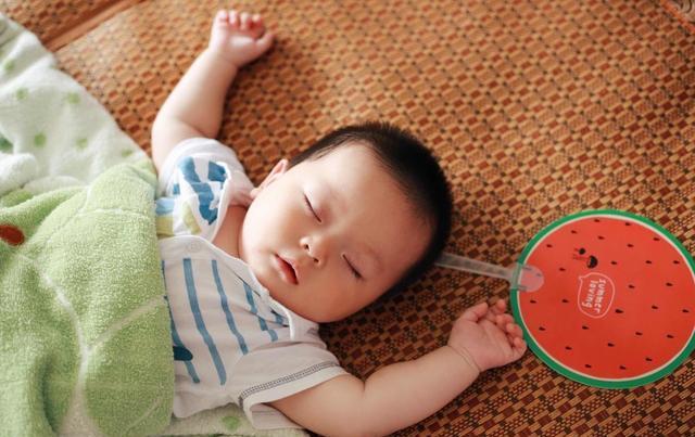 辟谣,哄娃睡觉能不能摇晃?风险不仅吐奶这么简单,科学哄睡方法