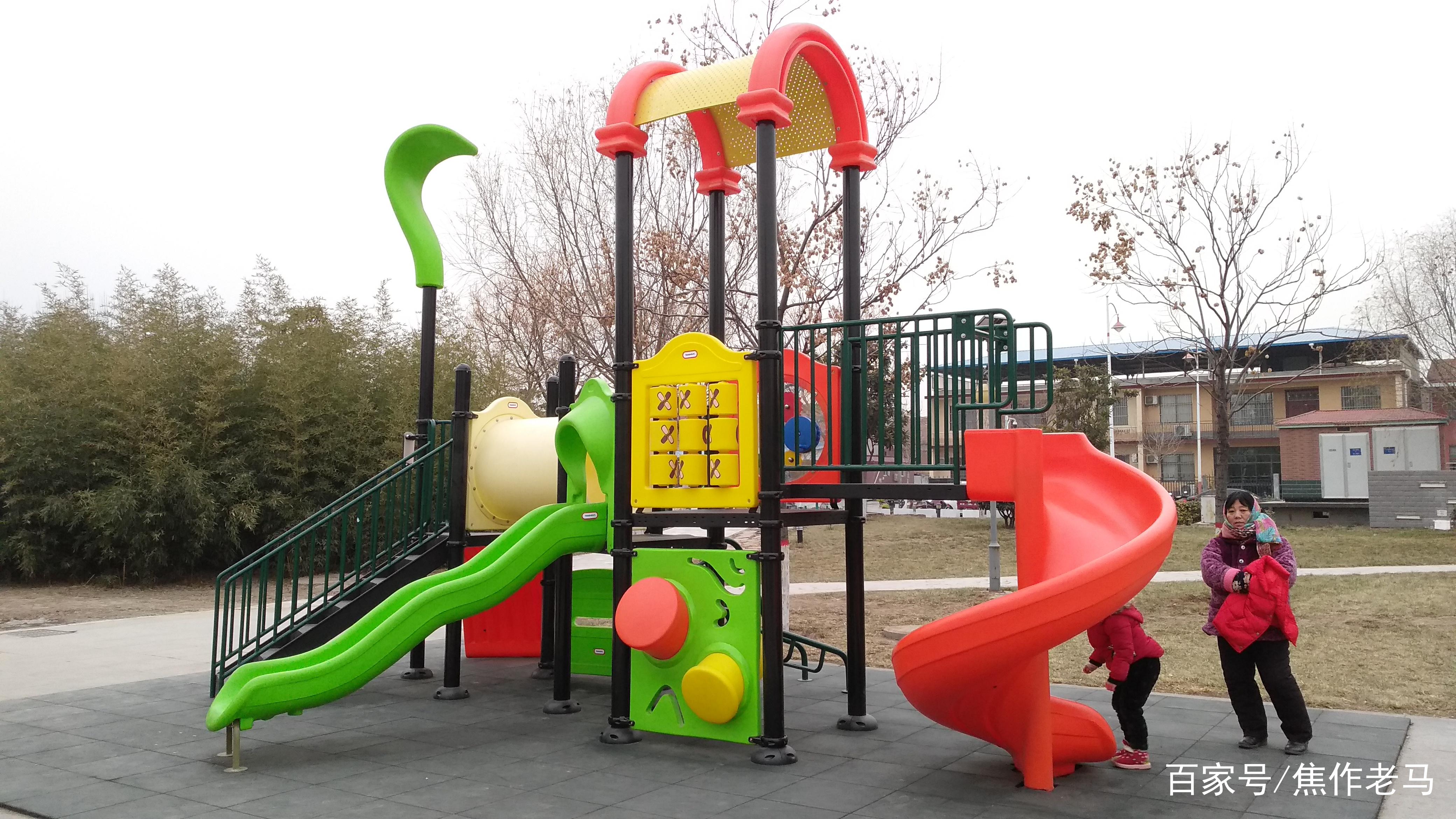 焦作新区最近增加了很多健身设施和儿童娱乐设施,没事可带孩耍
