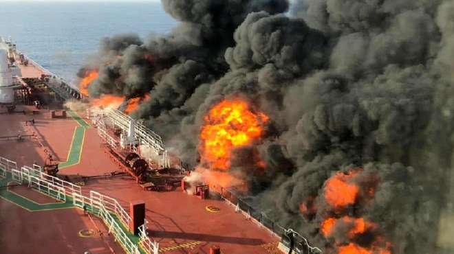 伊油轮在沙特港突遭大火,疑被2枚导弹袭击,大量石油泄露红海