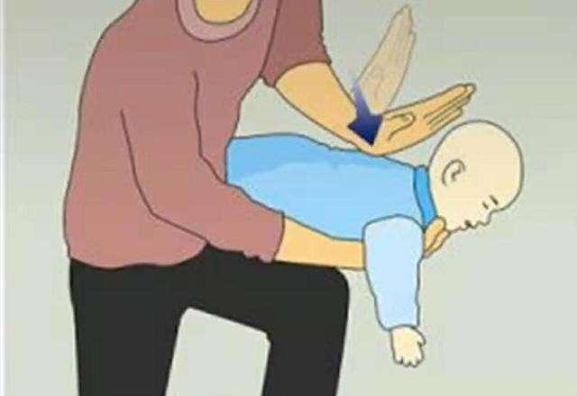 1颗果冻差点要了2岁宝宝的命,孩子误吞异物,家长需要这样做