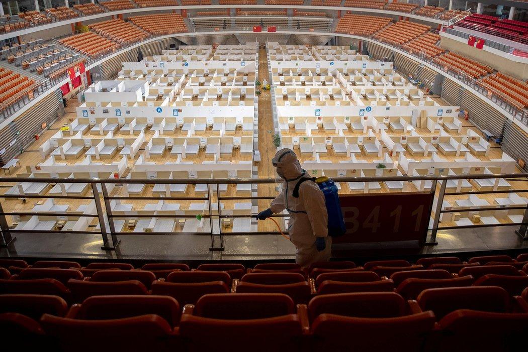 本月早些时候,武汉一个体育馆改造成的方舱医院最后一名病人出院后,工作人员对场地进行消杀。