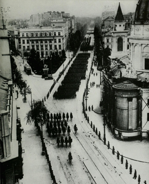 """德军攻入华沙后""""耀武扬威""""的游行,英法士兵在德法边境很紧张-"""