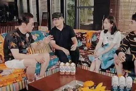参观刘欢在三亚的豪宅,客厅沙发是热情奔放款,户外是阳光海滩
