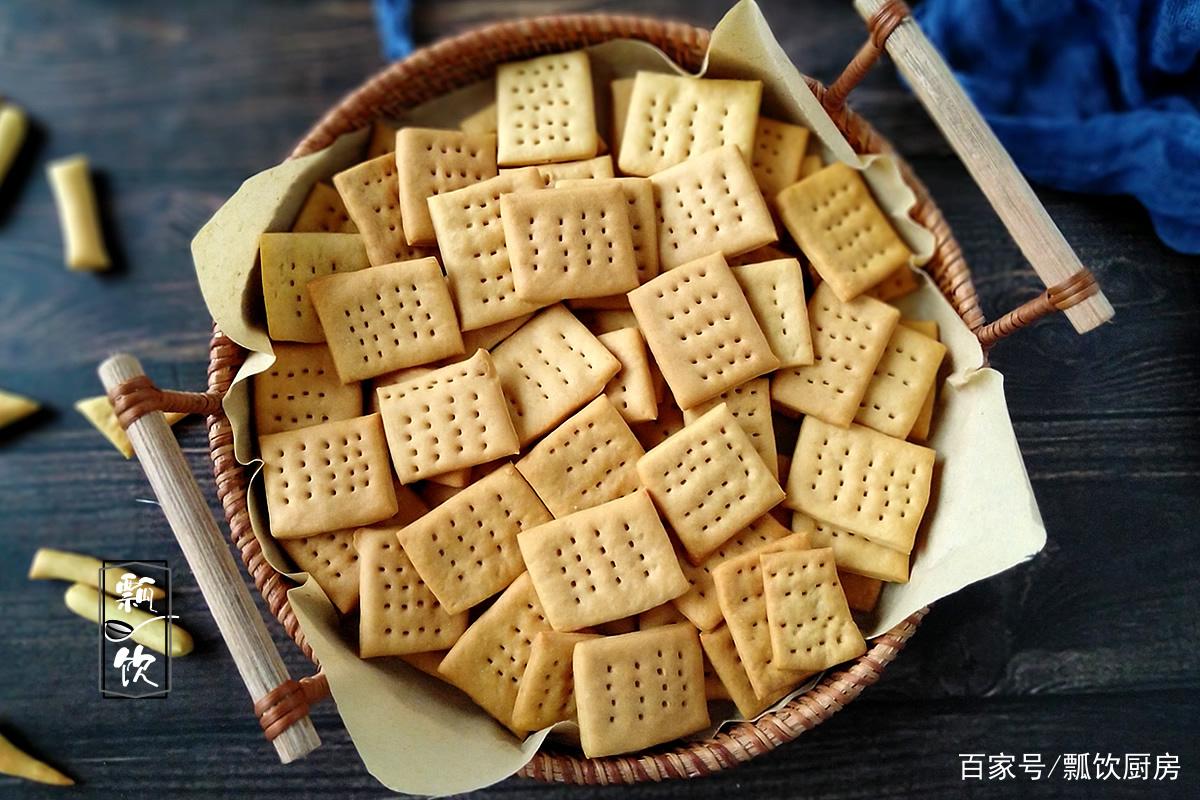苏打饼干做法不难,面粉加小苏打,擀一擀切一切,一会做满零食盒