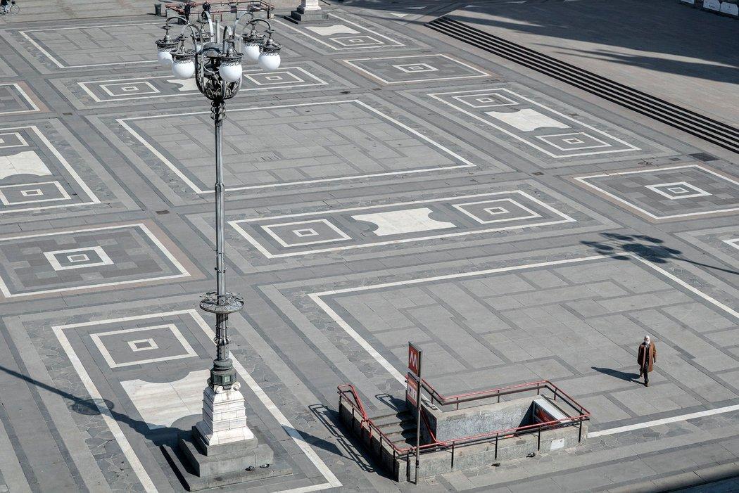 周四,米兰几乎空无一人的广场。