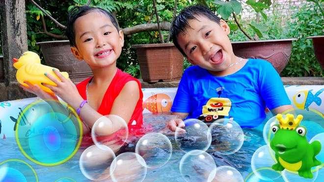 儿童游戏:小萌娃在水池子里快乐洗头与搓澡
