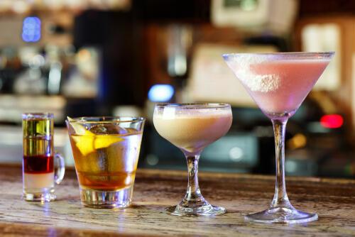 朗姆酒调制美味的鸡尾酒 介绍在酒吧和家里能享受到的最幸福的鸡尾酒