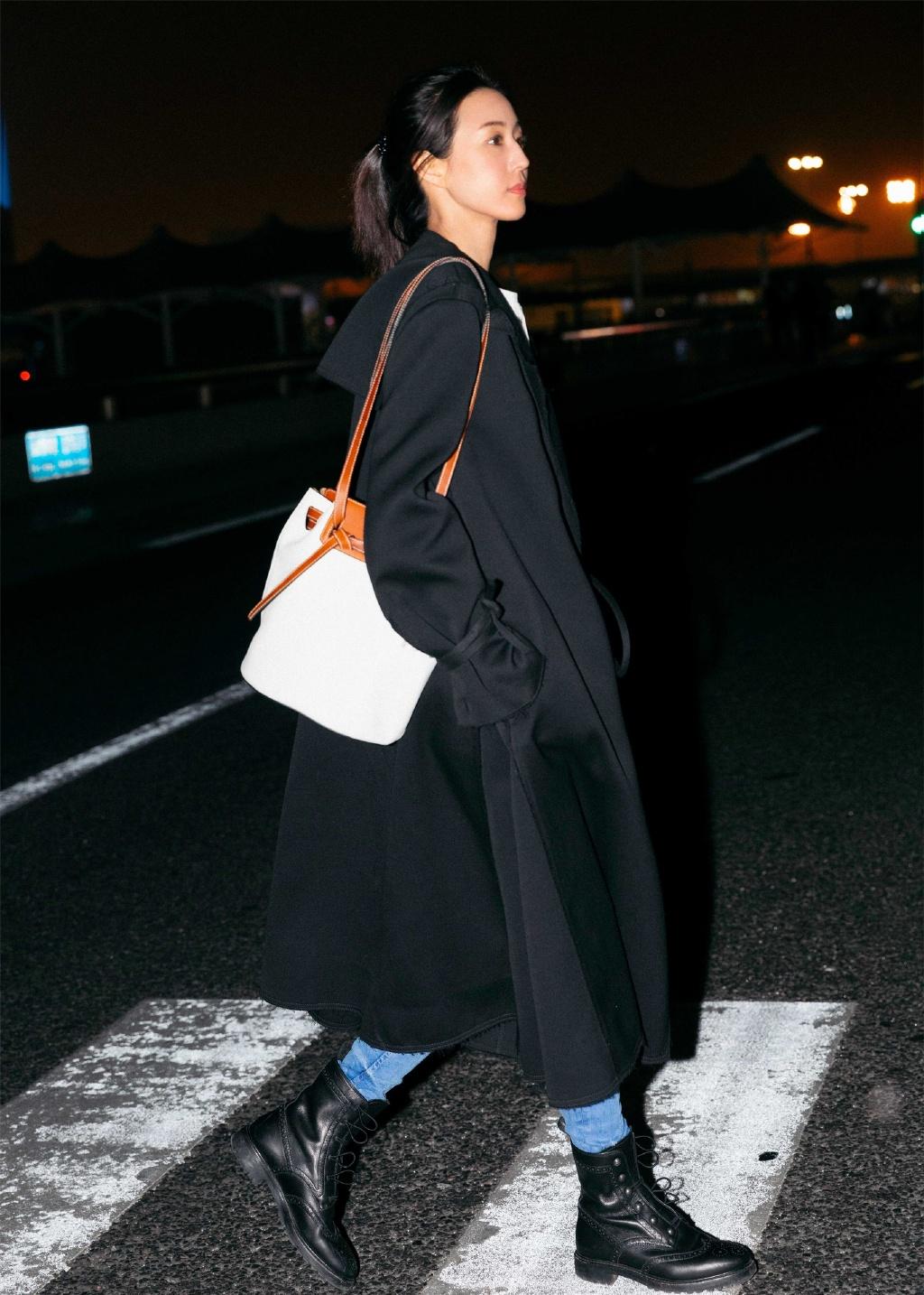 明星机场街拍,简直就是一场时装秀啊,宋妍霏的气质不输给杨幂!
