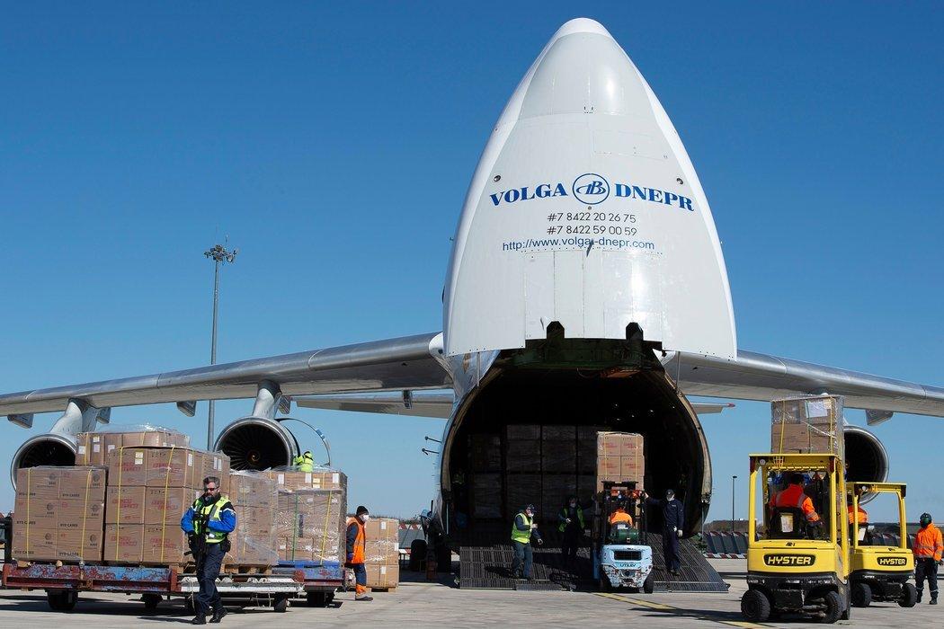 周一,法国比西莱特雷,从中国进口的口罩正在卸货。