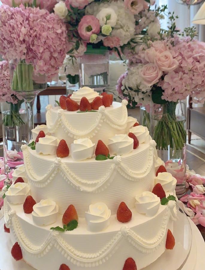 李湘晒女儿十周岁生日照片,巨型草莓蛋糕亮眼,俨然小公主待遇!