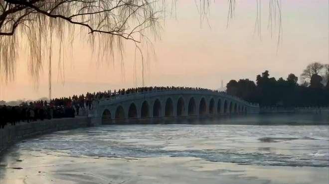 """颐和园十七孔桥旁架满""""长枪短炮"""",等待拍摄""""金光穿洞"""""""