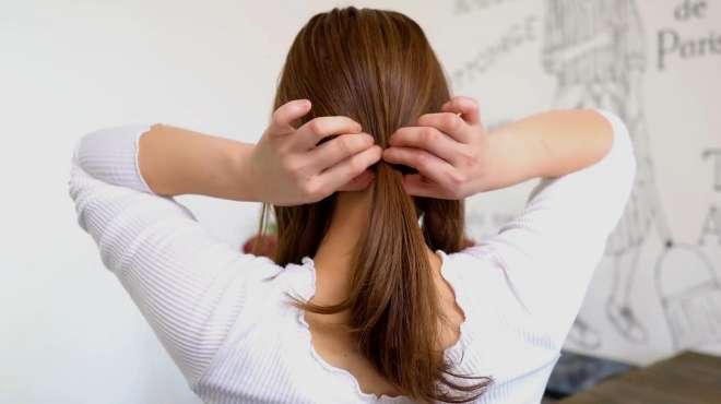 女人每天都要扎头发?教你这样随手一扎就很美,简单又百搭