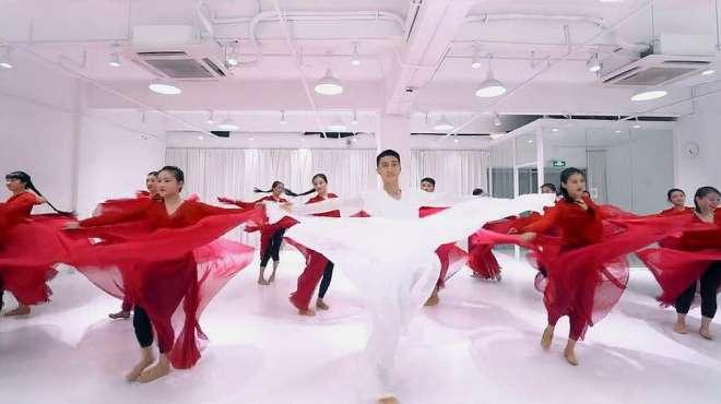 郭老师古典舞《风飘絮》,男老师跳这个舞蹈,让很多女生自愧不如