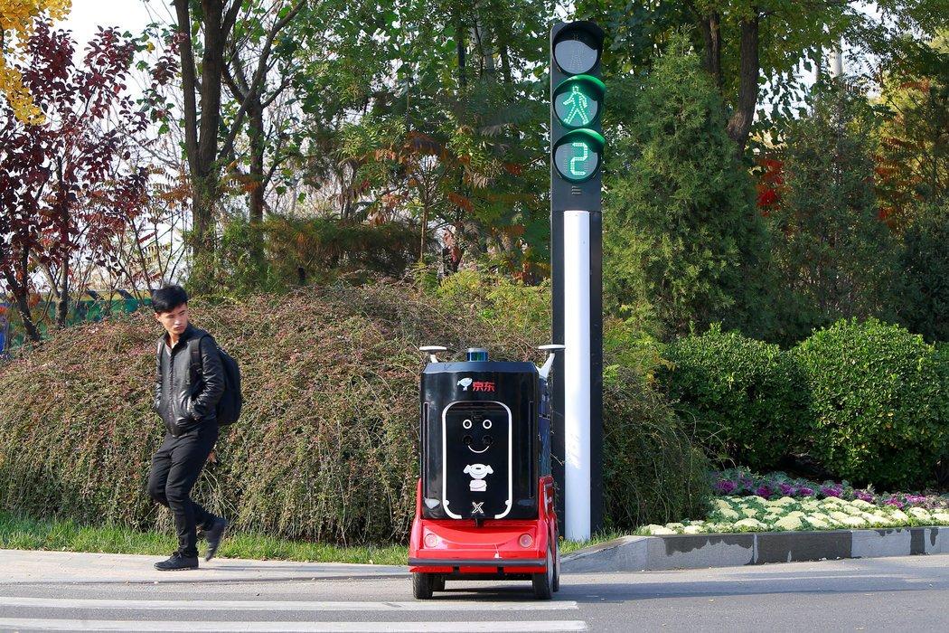 11月,中国天津,一个无人驾驶的送货机器人正在过马路。