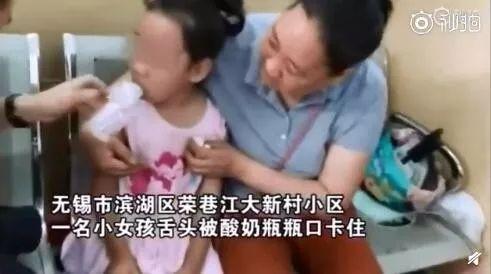 7岁娃娃钻进娃娃机抓娃娃被卡!盘点熊孩子被卡合集,心疼又好笑