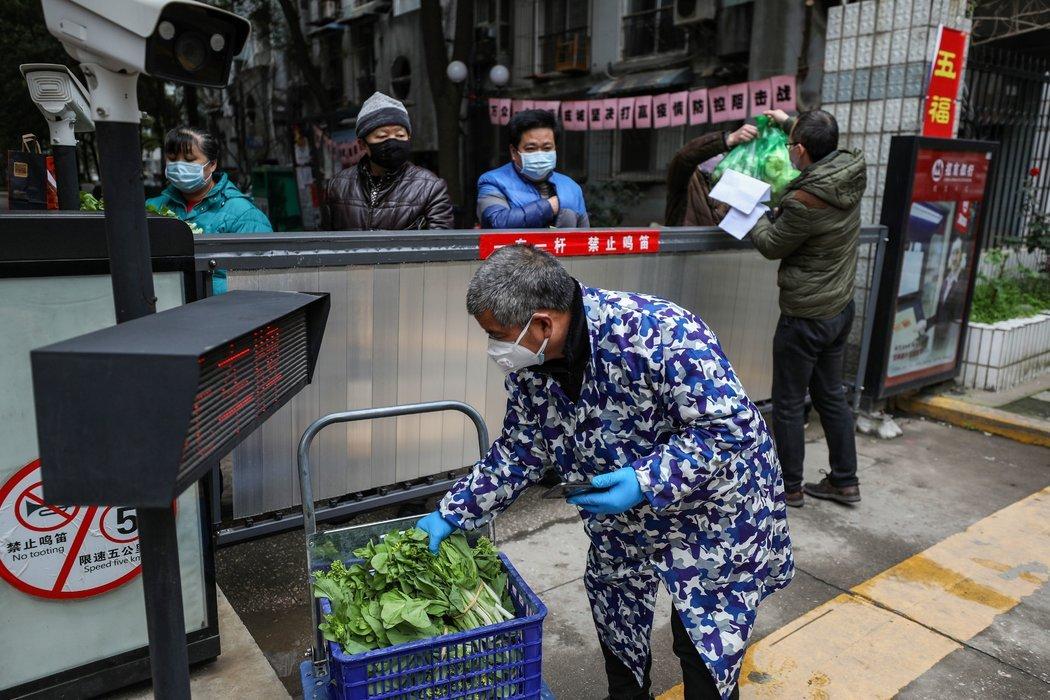 中国武汉一处隔离区内的日常用品递送。