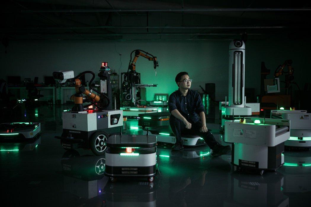 张朝辉的公司优艾智合机器人用两周时间迅速研发出对抗病毒的机器人。