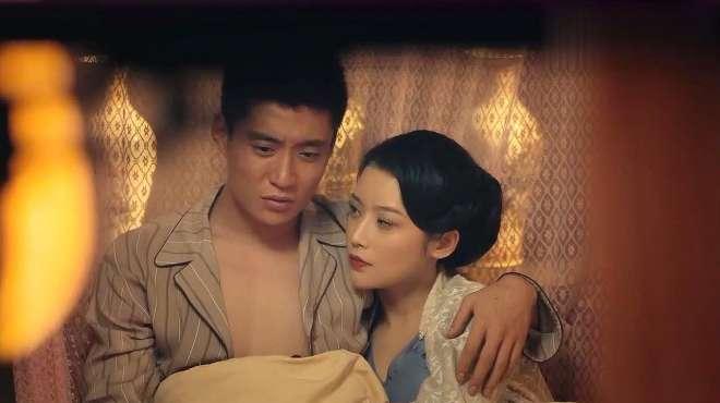 俩个男女在床上,互相依偎对方,嘴里却讨论着对方所带来的消息