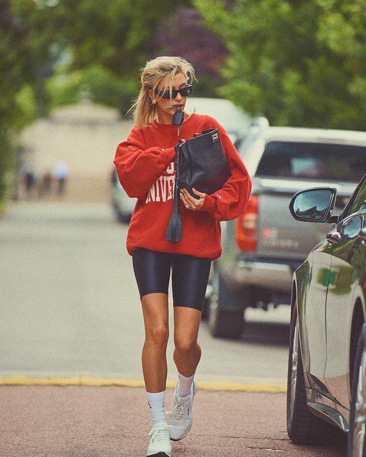 从圆领到自行车短裤 海莉比伯提醒我们戴安娜王妃的风格仍在延续