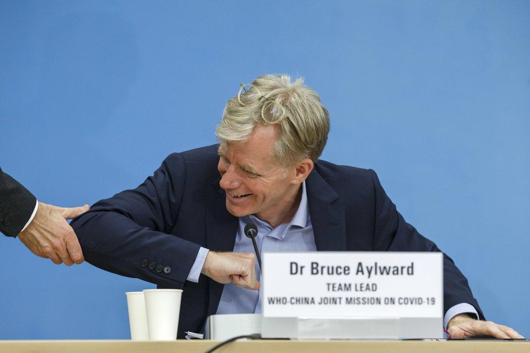 日内瓦,在世卫组织派往中国的代表团的情况通报会上,艾尔沃德以手肘代替握手致意。