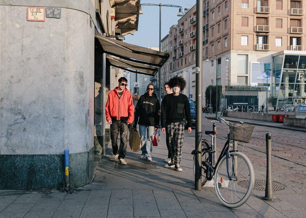 在意大利报道冠状病毒病例激增后,一些米兰人戴上了口罩。