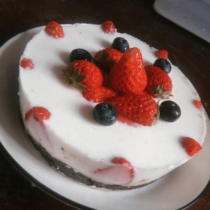 最适合懒人的甜品,无需烤箱的草莓酸奶慕斯蛋糕,酸甜可口又低脂
