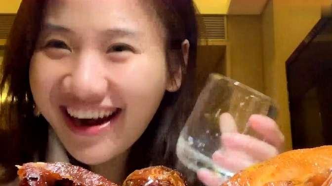 密子君的美食测评,在酒店测评广州美食,吃广州的手撕爆汁烧鸡