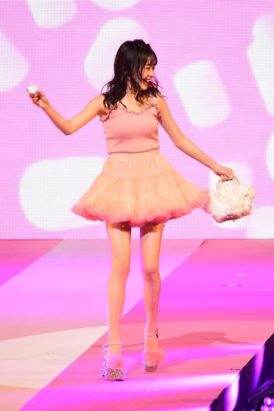久间田琳加穿着超迷你裙展现苗条美腿