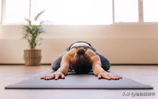 瑜伽女教练让人流鼻血 教你10个动作 过美美的夏天吧