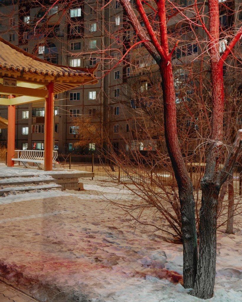 在城中一座由中国捐赠的公园边矗立着一座苏联建筑。