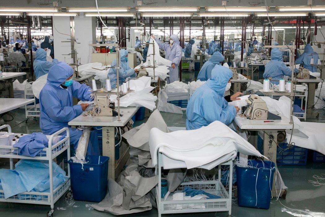 无锡一家之前生产西装和运动服的工厂现在在制造防护服。医疗物资公司在全天候运转,但鲜有其他工厂恢复日常运转。