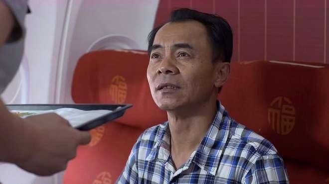 老色鬼乘客要空姐电话,还动手动脚,看空姐如何机智应对!